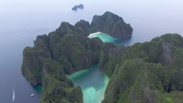 antenne: phi phi island, thailand - insel phi phi le stock-videos und b-roll-filmmaterial