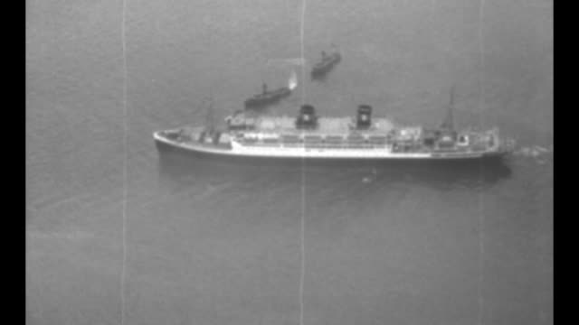 vidéos et rushes de aerials and ws ss president coolidge / ship's maiden voyage on the hudson river / three tug boats guide ship / note exact day not known / - actualités cinématographiques