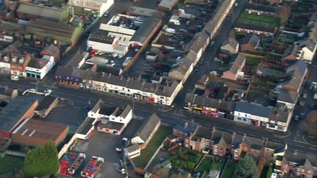 stockvideo's en b-roll-footage met aerials at scene of police raids and arrests at suspect premises in chesterfield england derbyshire chesterfield bomb disposal officers and police in... - derbyshire