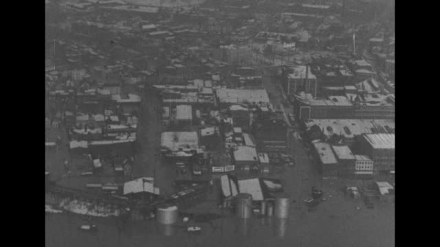 vidéos et rushes de flooded city on the ohio river with shots of business district and houses / note: exact day not known - rivière ohio