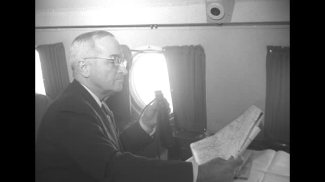 vidéos et rushes de aerials from a plane over the wing and one engine / plane interiors with president harry truman and others reviewing a map of flooded area of ohio /... - président des états unis