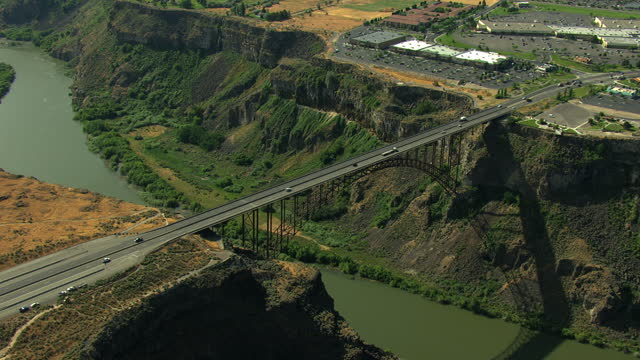 aerials idaho usa twin falls perrine bridge river canyon - スネーク川点の映像素材/bロール
