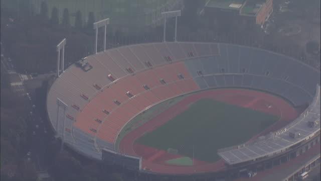 aerials national olympic stadium in tokyo - オリンピックスタジアム点の映像素材/bロール