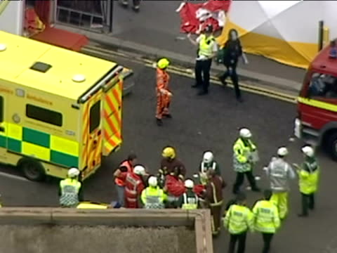 vidéos et rushes de aerials of emergency services outside aldgate station after 7/7 bombings - exclusive footage - no sale to any news organisations - exclusivité