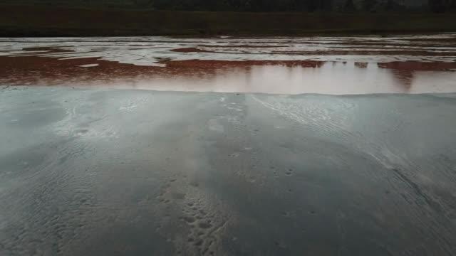 aerials of iron ore tailings maravilhas il dam, full of mining waste at itabirito in minas gerais, brazil - damm stillastående vatten bildbanksvideor och videomaterial från bakom kulisserna