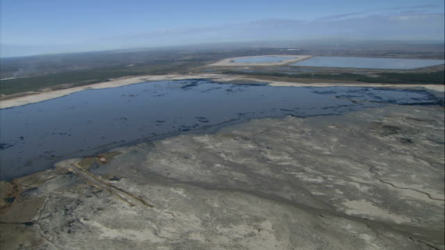 vídeos de stock e filmes b-roll de aerials of mines at athabasca oil sands canada alberta air views of suncor tailing ponds where toxic byproducts of oil mining are kept and deforested... - substância tóxica