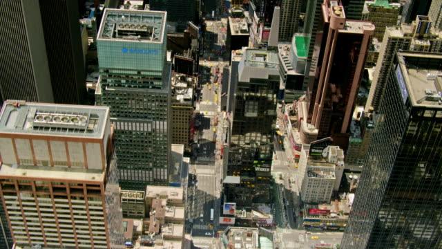 vídeos y material grabado en eventos de stock de aerials of new york city, looking down into 7th ave and broadway, times square, midtown manhattan, looking south - 7th avenue