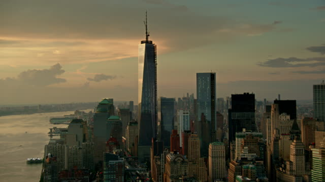 aerials of new york city,  lower manhattan , financial district, one world trade center, freedom tower, battery park city, evening - one world trade center stock-videos und b-roll-filmmaterial
