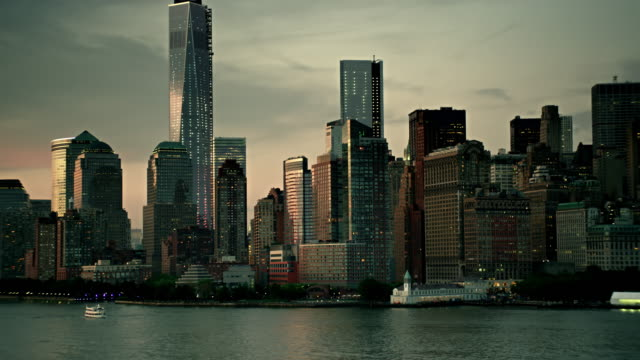 aerials of new york city,  lower manhattan, hudson river, ny waterway ferry, financial district, one world trade center, freedom tower, late evening - world trade center manhattan video stock e b–roll