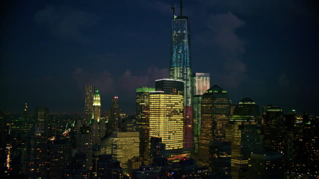 vídeos de stock, filmes e b-roll de aerials of new york city, manhattan, financial district, battery park city, one world trade center, freedom tower, night - torre da liberdade nova iorque