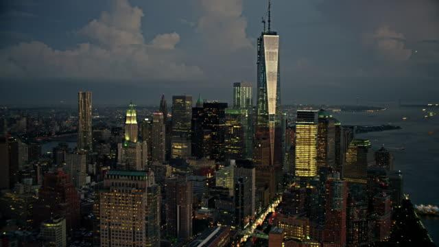 vídeos de stock, filmes e b-roll de aerials of new york city, manhattan, financial district, one world trade center, freedom tower, battery park city, late evening - distrito financeiro de manhattan