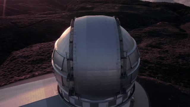 vídeos de stock e filmes b-roll de aerials roque de los muchachos observatory, canary islands - imagem em movimento