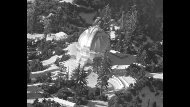 aerials snow covered mount wilson and mount wilson observatory / aerials snow covered sierra madre mountains / note: exact month/day not known - sierra madre stock-videos und b-roll-filmmaterial