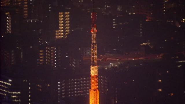 aerials tokyo tower at night - ワイドショット点の映像素材/bロール