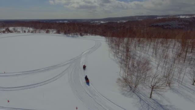 航空写真: スノーモービル - ゲレンデ点の映像素材/bロール