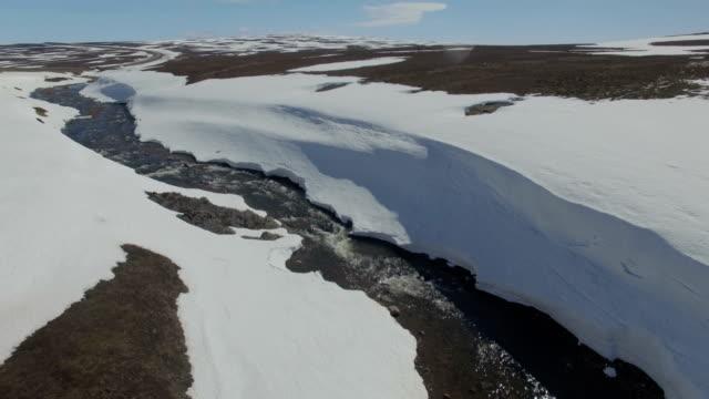 vídeos de stock, filmes e b-roll de aerial/the tundra-snow melting in the arctic , finnmark, norway - escandinávia