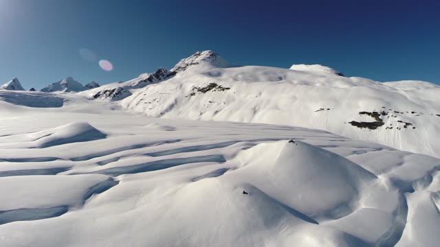 aerieal view of skiers crossing a glacier in alaska - unabhängigkeit stock-videos und b-roll-filmmaterial
