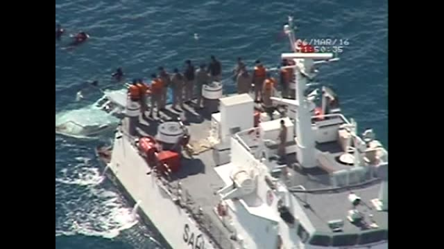 vídeos de stock e filmes b-roll de aeriel view of a search and rescue operation after a boat carrying refugees sank in the aegean sea off turkey's western province of aydin on march 07... - crise de migrantes europeia 2015 2016
