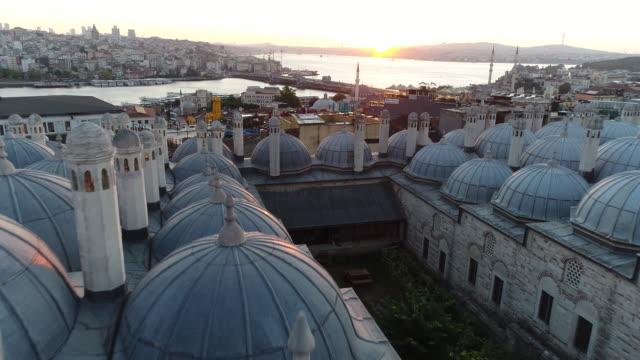 vídeos de stock, filmes e b-roll de vista aeriel da mesquita suleymaniye istambul ao nascer do sol / 4k (süleymaniye medresesi) - madressa