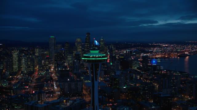 stockvideo's en b-roll-footage met aerisl seattle, moves in on escala building - night - seattle
