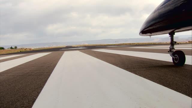 cu, aero l-39 albatros taxiing on runway, mojave desert, california, usa - landefahrwerk stock-videos und b-roll-filmmaterial