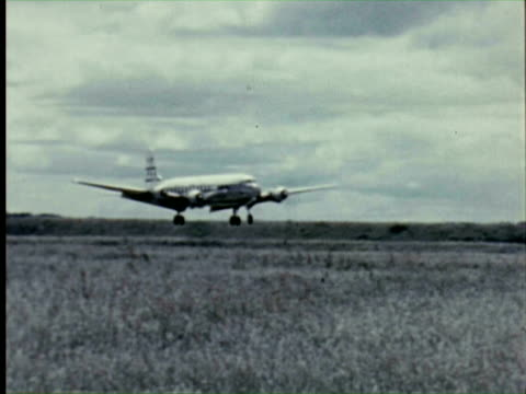 vidéos et rushes de ws aeroplane landin  audio / germany   - 1956