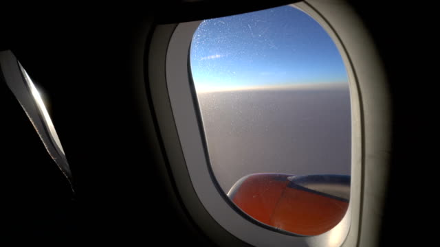 vídeos de stock e filmes b-roll de aeroplane window view - pista de aterragem