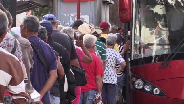stockvideo's en b-roll-footage met afectados por una severa crisis economica los venezolanos viven un suplicio mas por la paralisis del transporte: el 80% de la flota terrestre esta... - transporte