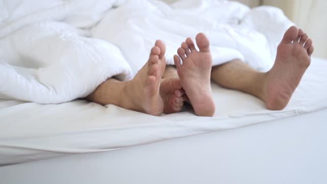 愛情の瞬間のゲイ男カップルの自宅のベッドの上 - ゲイ点の映像素材/bロール