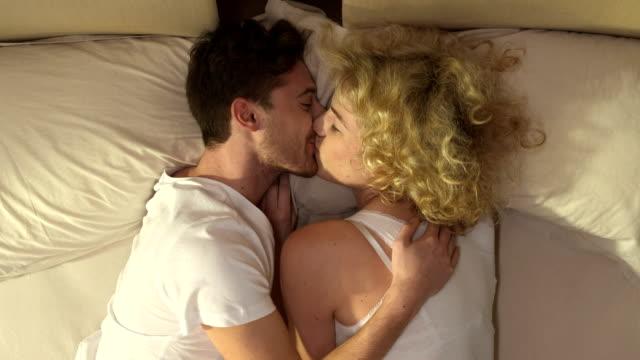Affectueux Couple au lit