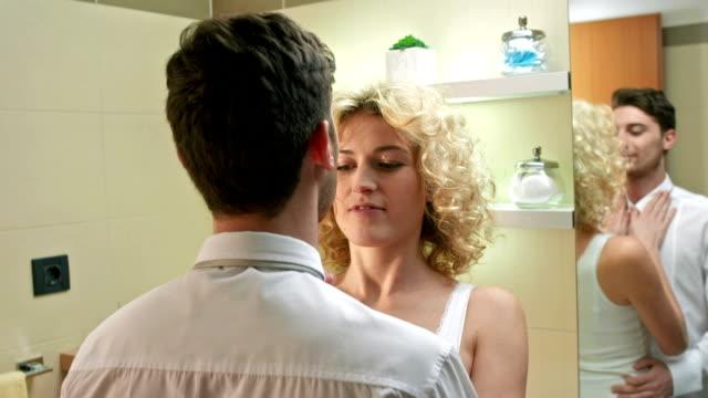 zärtlich paar im badezimmer - frau gefesselt stock-videos und b-roll-filmmaterial