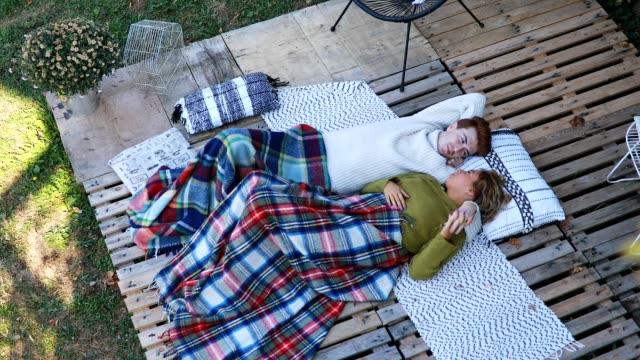 vídeos y material grabado en eventos de stock de cariñosa pareja de relajación al aire libre en otoño - paleta herramientas industriales