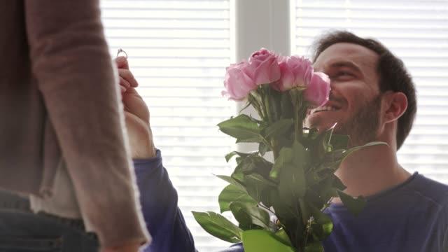 vidéos et rushes de homme affectueux proposant à sa petite amie affectueuse - coup de foudre