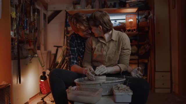 粘土を成形楽しんでslo mo愛情の若いカップル - 陶器点の映像素材/bロール