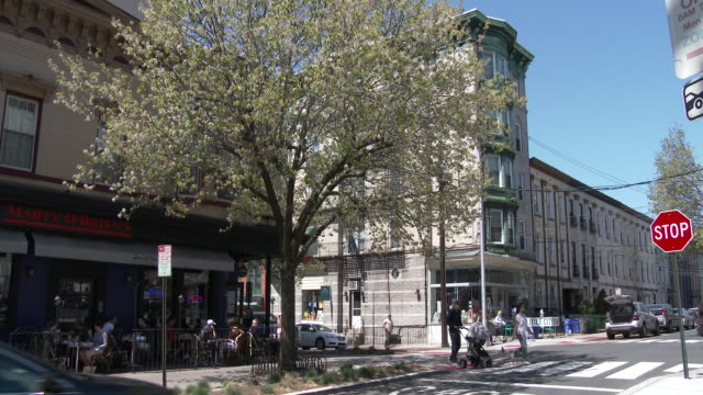 affluent neighborhood. sidewalk cafe / hipsters eating outdoors - hoboken, nj - campo totale video stock e b–roll