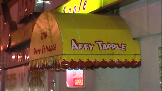 affy tapple factory store in chicago il - karamell stock-videos und b-roll-filmmaterial