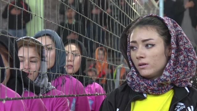 vídeos de stock, filmes e b-roll de afghan female volleyball players call for a change in mindset at a kabul tournament marking a rare chance for women athletes to compete in the... - marcação esporte
