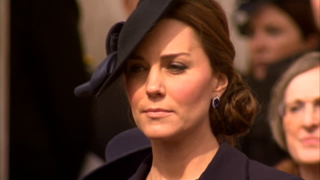 vídeos de stock e filmes b-roll de afghan memorial service: salute and march past; close shots of kate and william / march past / charles saluting / ground to air military helicopters... - cathedral