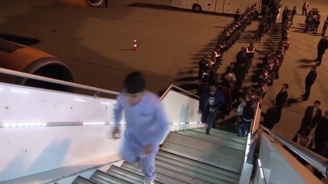 stockvideo's en b-roll-footage met afghan migrants board a plane bound to afghanistan at adnan menderes airport in izmir turkey on april 13 2018 turkey deported 324 undocumented afghan... - deportatie