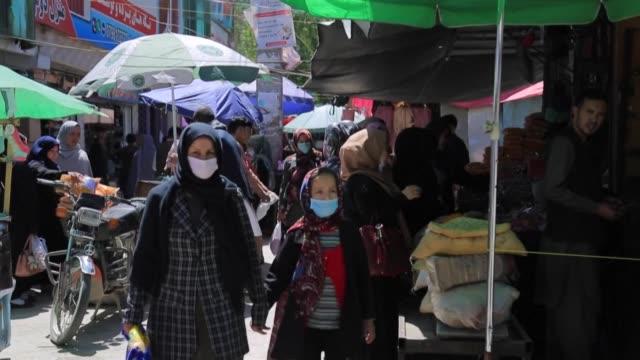 afghan muslims gear up for eid al-fitr with shopping at a street bazaar in kabul despite a lockdown - kabul bildbanksvideor och videomaterial från bakom kulisserna