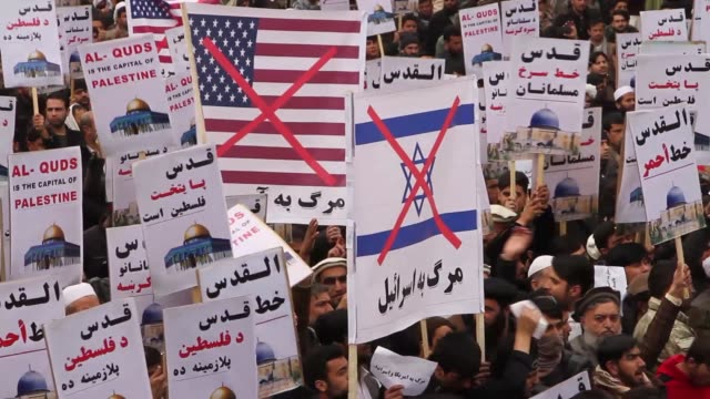vídeos de stock e filmes b-roll de afghan muslims shout slogans as they stage a protest against us president donald trump's announcement to recognize jerusalem as the capital of israel... - embaixada dos eua
