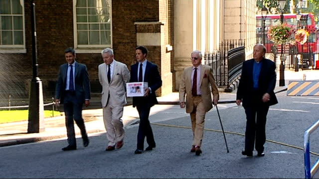 vídeos y material grabado en eventos de stock de afghan petition handed in by army officers at downing street england london downing street ext petitioners including colonel tim collins and alex... - petición