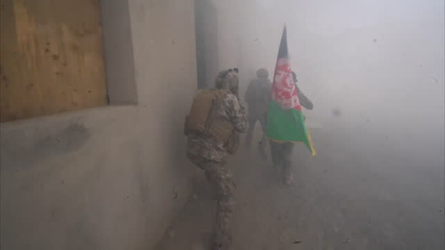 vidéos et rushes de afghan police on training exercise to catch taliban suicide bombers as there is a surge in taliban violence as the deadline for international troops... - afghanistan