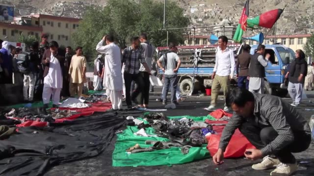 vídeos y material grabado en eventos de stock de afghan protesters from hazara minority stand at the blast side after suicide attack in kabul, afghanistan on july 23, 2016. at least 61 people were... - kabul