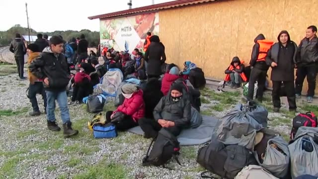 vídeos de stock e filmes b-roll de afghan refugees who were trying to go to greece's lesbos island illegally have been caught by turkish security forces in the ayvacik district of... - crise de migrantes europeia 2015 2016