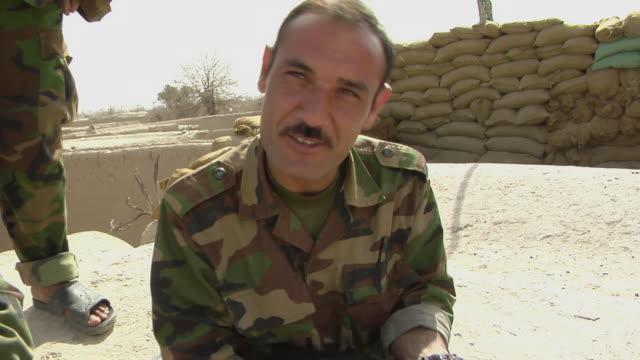 vídeos y material grabado en eventos de stock de afghan soldier cleaning machine gun / musa qala, helmand province, afghanistan. - sonrisa con dientes