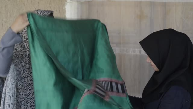 afghan weavers control the outcome of weaving - shawl stock videos and b-roll footage