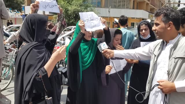 vídeos y material grabado en eventos de stock de afghan women gathered in front of the presidential palace to demand protection of afghan women's rights in kabul, afghanistan on tuesday. the taliban... - kabul