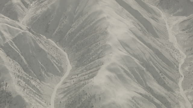 stockvideo's en b-roll-footage met afghanistan mountains aerial view - afghanistan