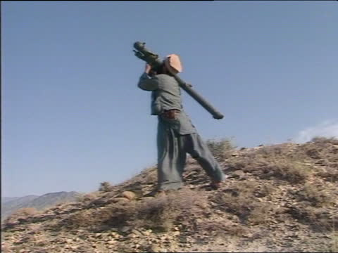 vidéos et rushes de mujahaddin rebels use sophisticated weaponry against russian troops; tx:12.9.84/natafghanistan:extts mujahaddin rebels towardstms ditto as carry... - afghanistan